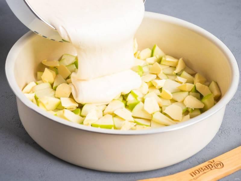 Яйца взбейте с сахаром в течение 3-4 минут до пышной массы. Муку смешайте с разрыхлителем, просейте и приготовьте тесто. Влейте тесто в форму.