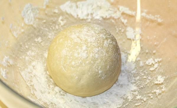 1. Для приготовления теста необходимо протереть через сито творог (лучше взять сухой) и соединить его со взбитым яйцом. Добавить щепотку соли, сахар по вкусу и разрыхлитель. Затем постепенно всыпать муку. Тесто не должно быть слишком крутым.