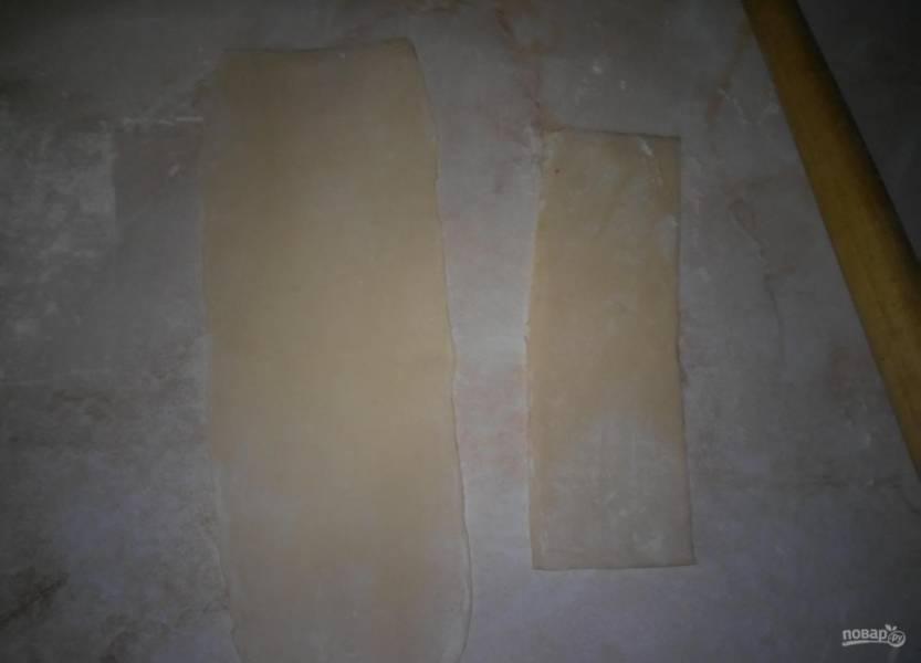 10.Готовое слоеное тесто раскатываю тонко, затем нарезаю полосками, которые, в свою очередь, нарезаю квадратиками.