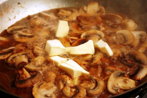 9. Добавить сливочное масло и тушить грибочки до полной готовности.