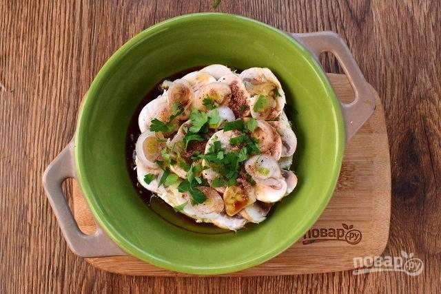 Полейте сверху соусом и присыпьте мускатным орехом. Поставьте закуску в разогретую до 200 °С духовку запекаться на 20 минут. На первые 10 минут накройте форму  фольгой.