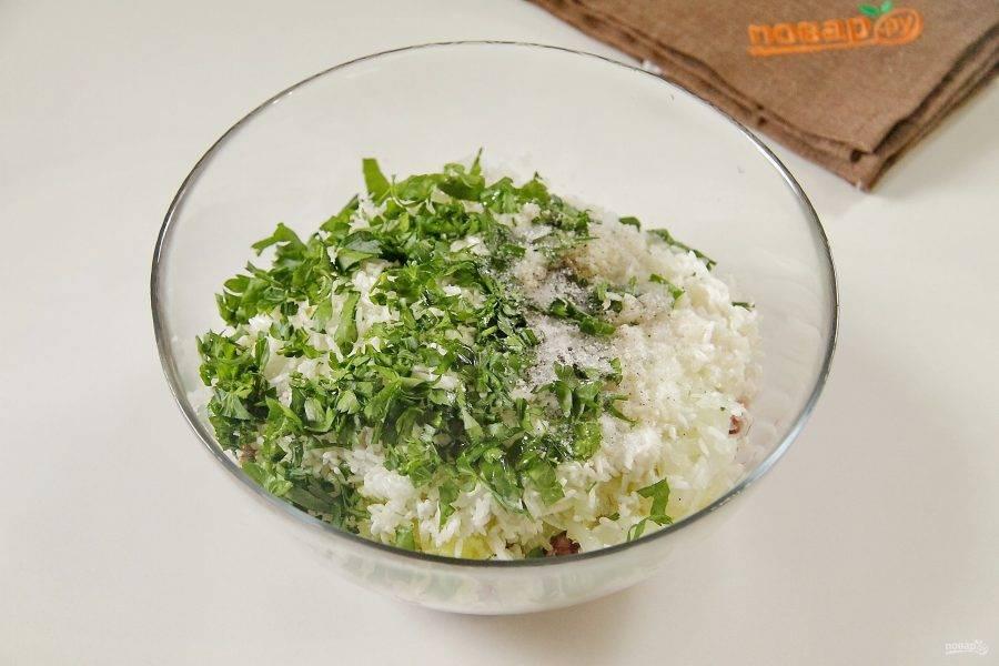 В воде разведите крахмал и влейте к фаршу. Добавьте промытый рис, любую свежую измельченную зелень, масло, соль и специи по вкусу.