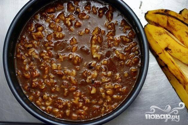 1. Приготовить карамель. Лесные орехи разрезать пополам или нарезать на кусочки. Сбрызнуть растительным маслом в спрее круглую форму для пирога и варить на среднем огне, постоянно помешивая, пока масло не растает. Это займет примерно 1 минуту. Перемешать с нарезанными орехами. Выложить карамель с орехами в подготовленную форму для пирога и отложить в сторону, чтобы карамель немного остыла.
