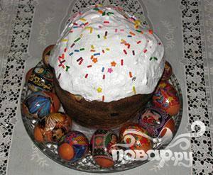 Сделайте глазурь. 200 гр. сахара и взбейте с белком двух яиц. Затем нанесите на верхушки куличей и посыпьте любыми присыпками.