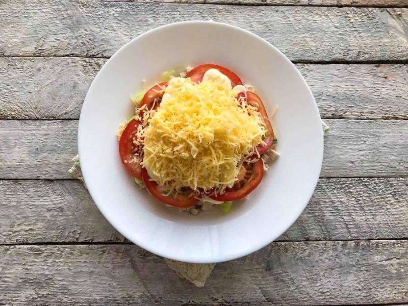 Сыр натрите на мелкой терке и сделайте из него верхний слой.
