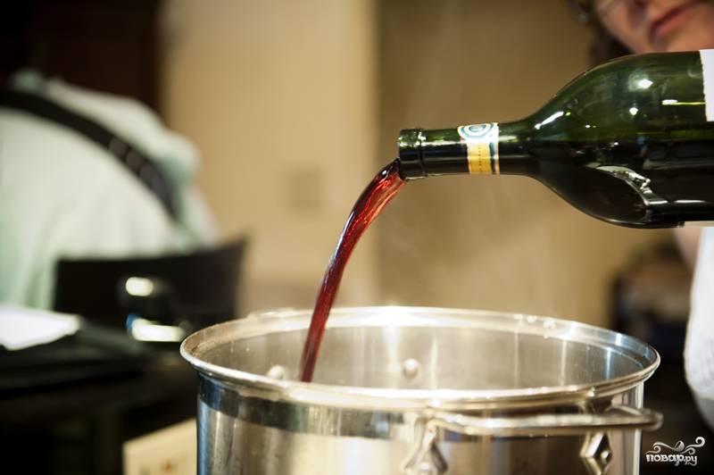 7. Влейте в кастрюлю стаканчик вина. Лопаточкой помешайте. Пройдитесь по дну кастрюли, чтобы отодрать прилипшие специи.