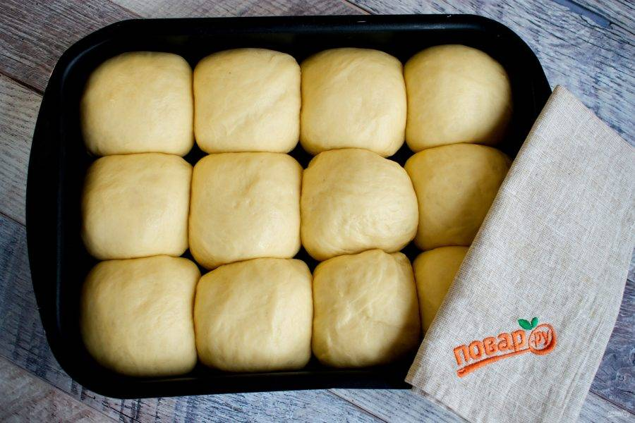 При расстойке и выпечке булочки  соприкоснутся друг с другом и будут равномерно подниматься вверх.
