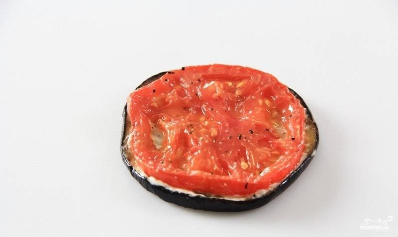 11. Сверху выложите помидорчик. Потом снова баклажан и соус.