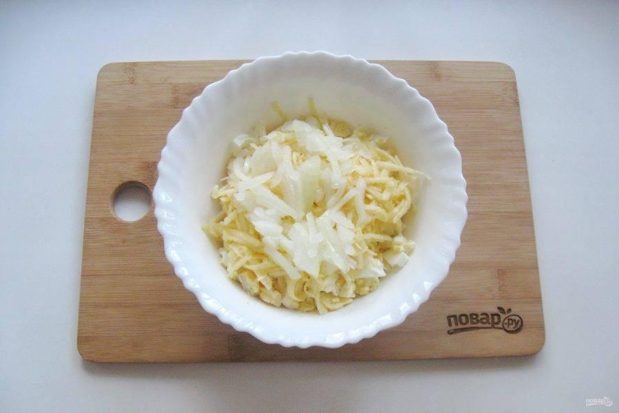 6. Лук очистите, помойте, нарежьте произвольно и также добавьте в салат.