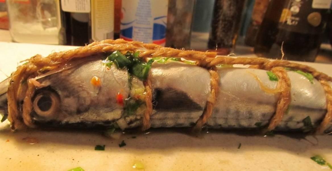 3.Хорошенько свяжите каждую рыбку натуральной ниткой, чтобы начинка в процессе запекания не выпала.