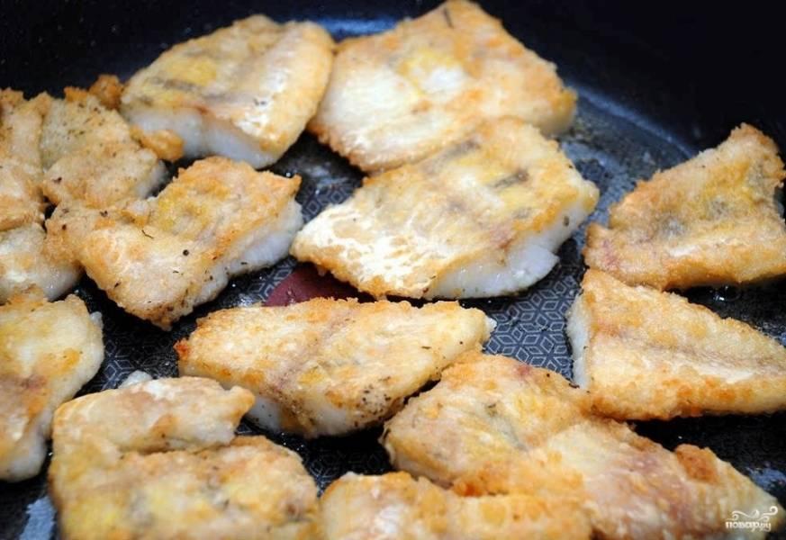 Обжаривайте с двух сторон до готовности. Можете убавить огонь и накрыть сковородку крышкой. Судак - рыба речная, жарится довольно долго. Процесс может занять минут 10-15. За это время сделайте соус.