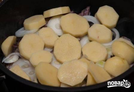 Следом выкладываем картофель.