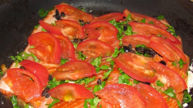 Сверху кладем помидоры, порезанные тонкими ломтиками.