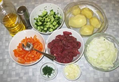 Подготовим продукты для термической обработки. Замаринованное в специях мясо, огурцы с укропом, помидоры с чесноком, мелко нарубленный чеснок, крупно нарезанный лук, почищенный картофель.