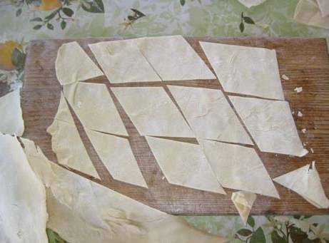 Далее нарезаем пласты на ромбы со стороной в 6 см.