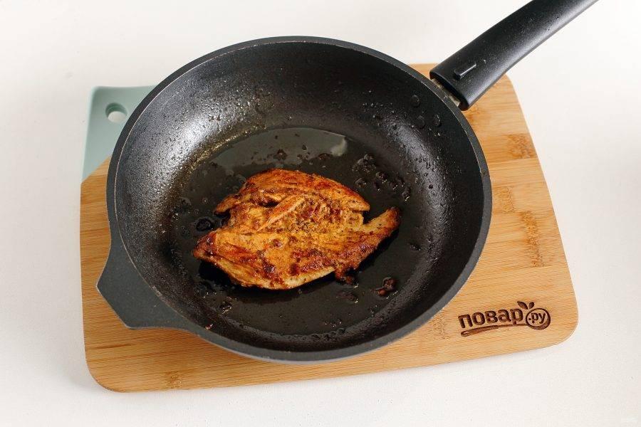 Выложите филе на раскаленную сковороду с маслом и обжарьте с двух сторон на небольшом огне под крышкой до готовности. В процессе можно добавить немного водички для пара.