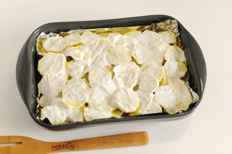 Далее выложите еще один слой картофеля, присыпьте перцем и солью, смажьте сметаной, чтобы картофель после запекания оставался мягким. Накройте форму фольгой и готовьте при температуре 180 градусов около 40 минут. Я ориентируюсь по готовности картофеля.