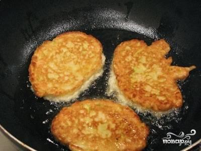 Обжаривайте кабачки на среднем огне в сковороде с растительным маслом до готовности.