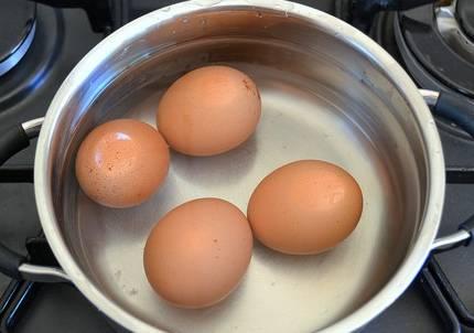 Яйца сварим вкрутую.