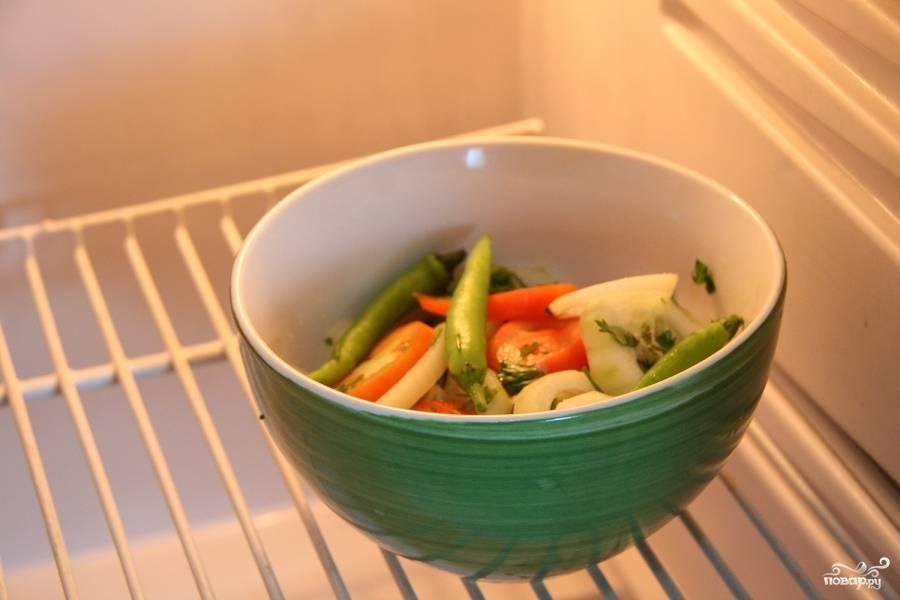 Поставьте салат в холодильник на 10 минут. Подавайте охлаждённым.
