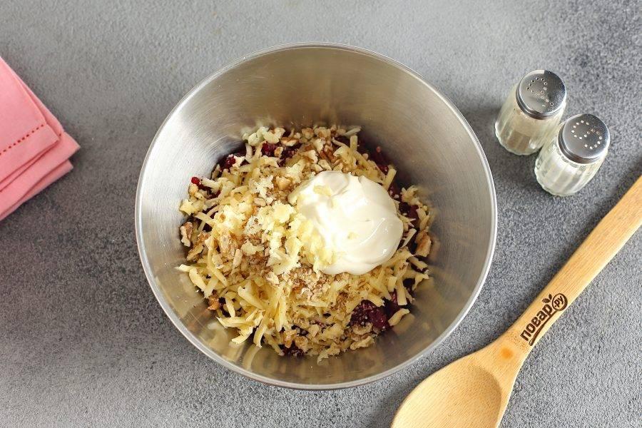 В качестве заправки можно взять как майонез, так и сметану или натуральный йогурт.