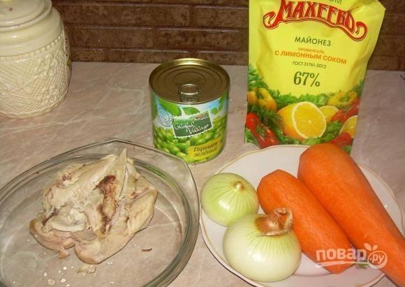 1. Этот салат в моей семье очень и очень любят, поскольку он сытный, вкусный и дешевый. Для его приготовления нам нужно отварить куриное филе или грудку до готовности и замариновать лук.