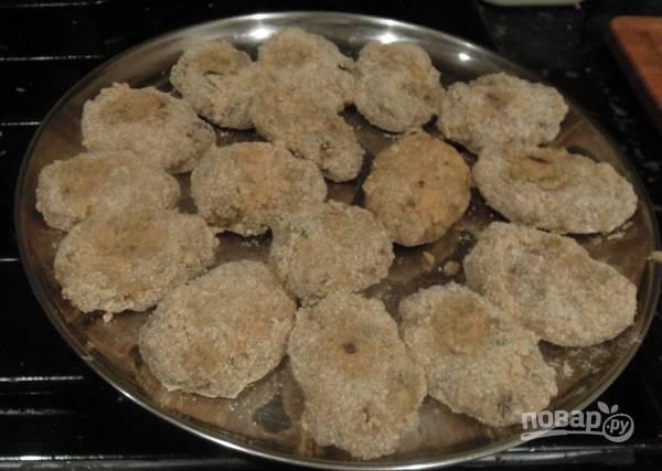 4. Снимите с огня, остудите и сформируйте небольшие котлетки. Окуните каждую в яйцо и панировочные сухари. Обжарьте на сковороде с растительным маслом 3-4 минуты до румяности.