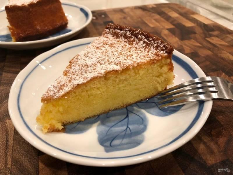 9.Удалите пирог из формы и посыпьте сахарной пудрой. Остывший пирог нарежьте кусочками и подавайте к столу.