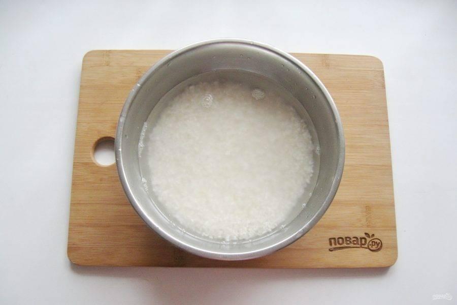 Рис хорошо помойте в нескольких водах. Затем залейте горячей водой и дайте постоять 30-40 минут.