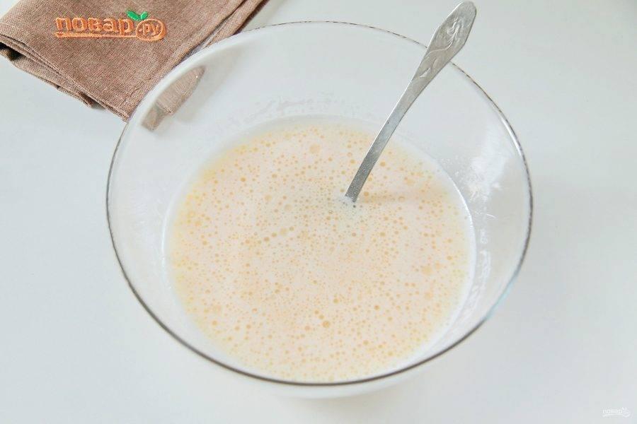 Добавьте молоко и растительное масло. Перемешайте.