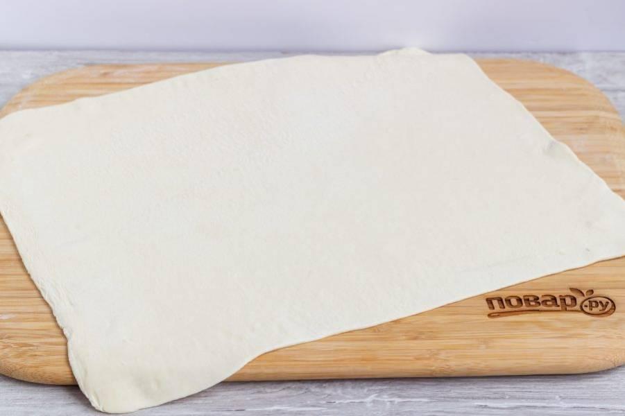 Раскатайте тесто в прямоугольный пласт.