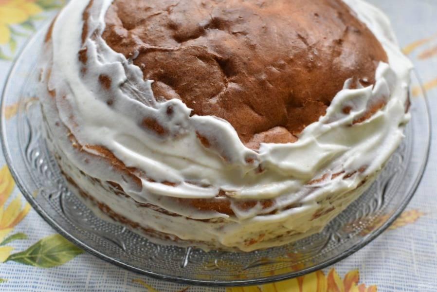 Сложите коржи друг на друга, прослаивая взбитыми сливками. Смажьте сливками края и верх бисквита и присыпьте сверху миндалем, кокосом или шоколадом на ваш вкус.