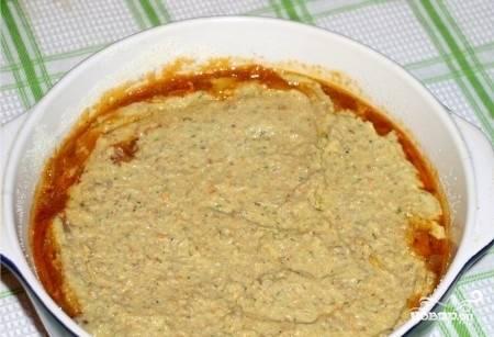 Форму для выпечки смажьте немного растительным маслом. Посыпьте дно манкой. Выложите половину каши, потом обжарку, а сверху — вторую половину.