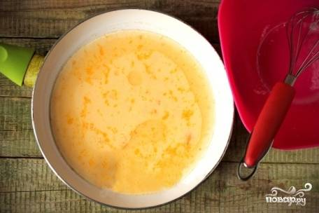 Хорошо разогреваем сковороду с растительным маслом на среднем огне и выливаем туда будущий омлет.