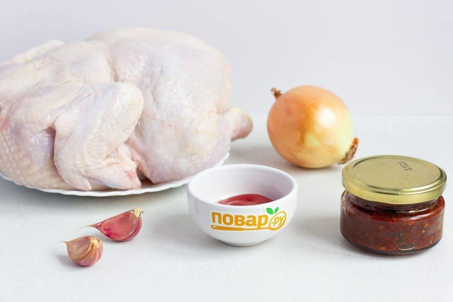Подготовьте все необходимые ингредиенты. Курицу тщательно помойте, обсушите бумажным полотенцем.