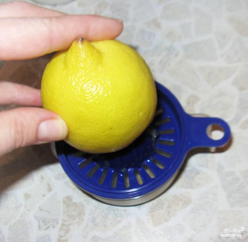 Выжимаем сок лимона в небольшую миску.