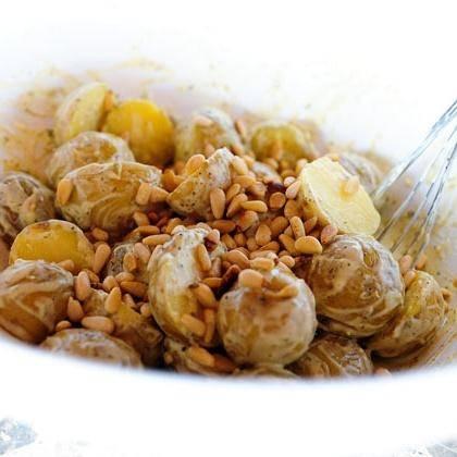 6. Перемешать с кедровыми орешками, накрыть и поставить картофельный салат в холодильник на несколько часов.