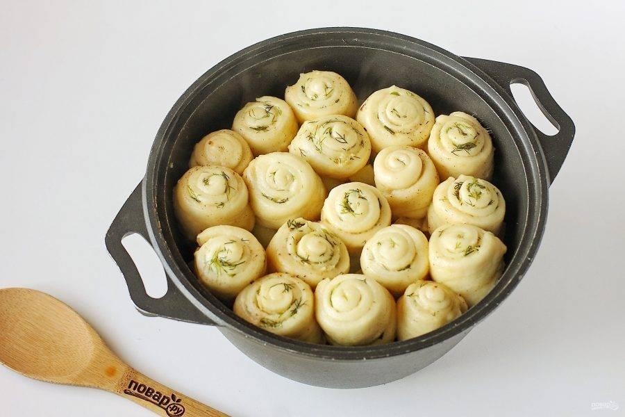 Штрудели на кефире с капустой, картофелем и мясом готовы.