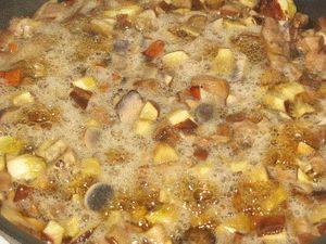 2. Только после этого можно жарить подосиновики на растительном масле. посолите и поперчите по вкусу и накройте крышкой. После того, как испарится жидкость, добавьте растительное масло и убавьте огонь. Жарятся грибы около 30 минут на слабом огне.