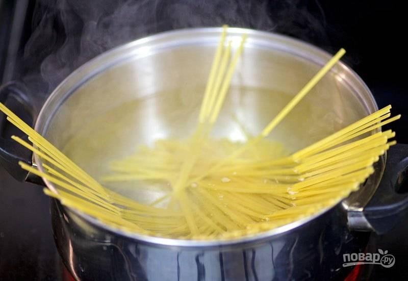 2. Варите спагетти в кипящей воде 7-8 минут.