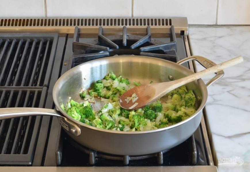 2. Затем добавьте брокколи, разобранное на мелкие соцветия. Также влейте 1 ст. ложку воды. Тушите овощи, помешивая, 2,5 минуты.