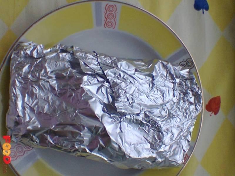 Перекладываем каждый кусочек форели на фольгу, сбрызгиваем лимонным соком и заворачиваем. Запекаем в духовке 15 минут при температуре 200 градусов.
