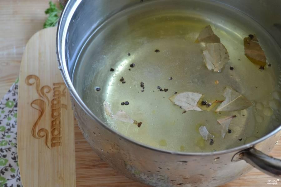 На огонь поставьте кастрюлю с водой, закипятите последнюю. Отправьте туда растительное масло, сахар, соль, лавровый лист, перец горошком. Прокипятите 5 минут. Снимите с огня, влейте яблочный уксус.