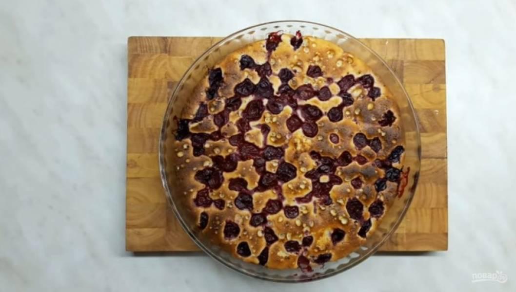 3. Затем белки взбейте до устойчивых пиков и аккуратно добавьте в тесто. Форму для выпекания смажьте сливочным маслом, выложите тесто. Сверху выложите вишню. Выпекайте в разогретой до 200 градусов духовке 35-45 минут.