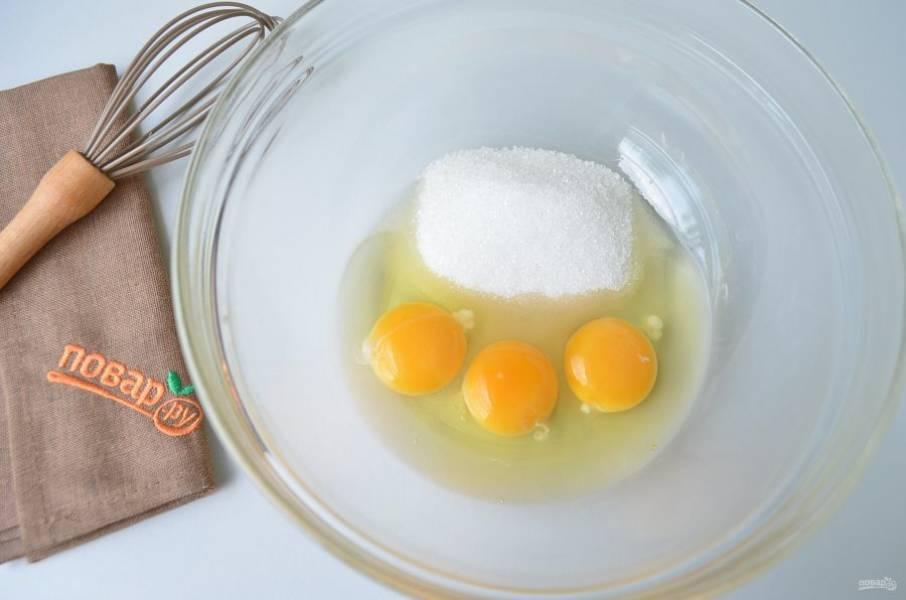 3. Включите духовку на 180 градусов, пусть прогревается. Соедините яйца с сахаром, венчиком взбейте немного.