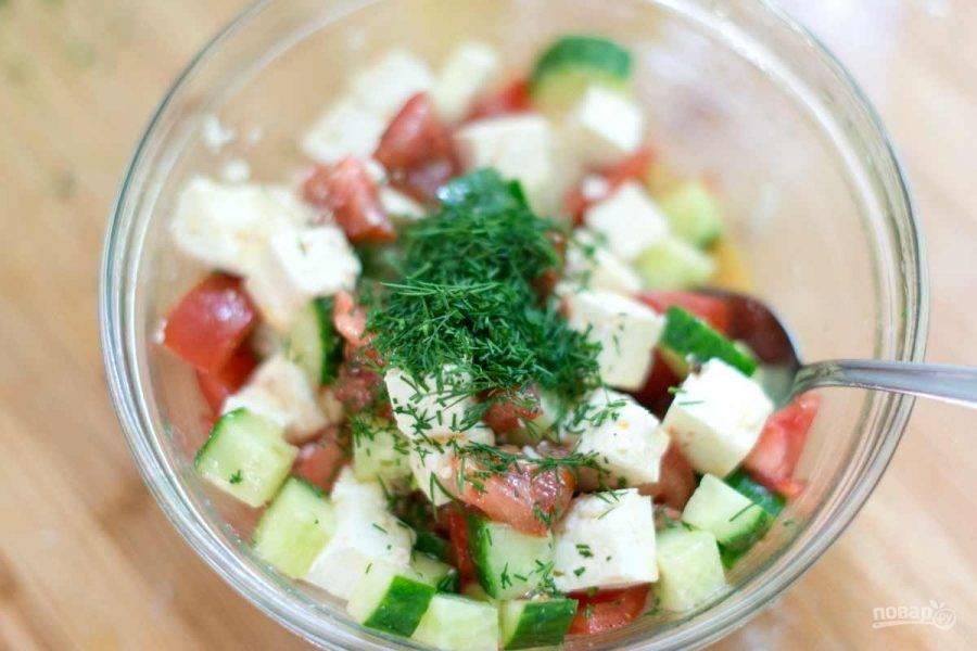 2.Нарежьте кубиками огурец, помидоры и сыр. Смешайте с лимонным соком, оставшимся маслом, медом, горчицей, зеленью, солью и перцем.