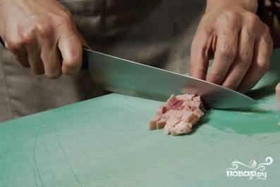 Кубиками нарезаем колбасу.