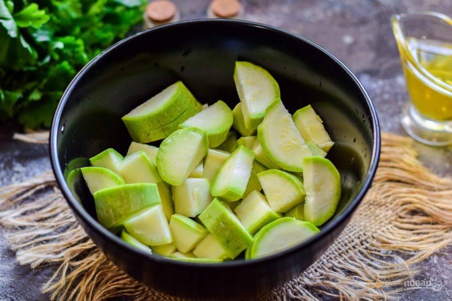 Кабачки вымойте и просушите, после нарежьте кабачки небольшими дольками.