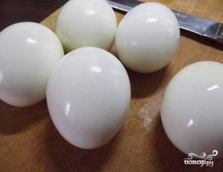 Очистим вареные яйца.