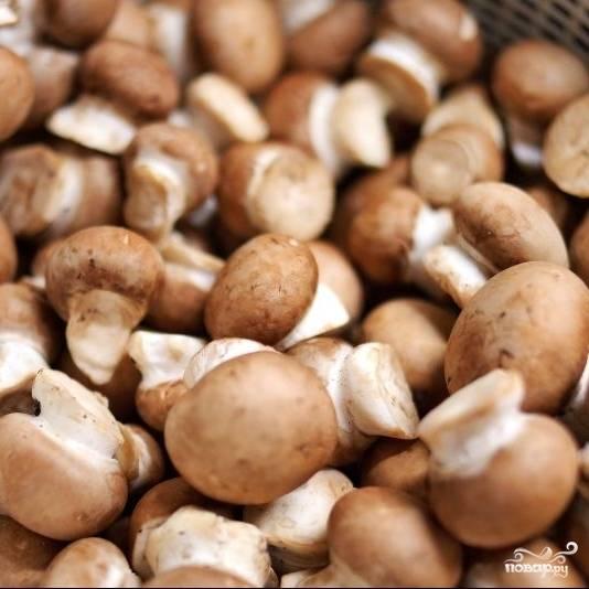 Хорошенько промываем грибы. Миску с мясом достаем из холодильника, мясо достаем из маринада и выкладываем на тарелочку, лавровый лист и тимьян выбрасываем, а маринад оставляем - он нам еще пригодится.